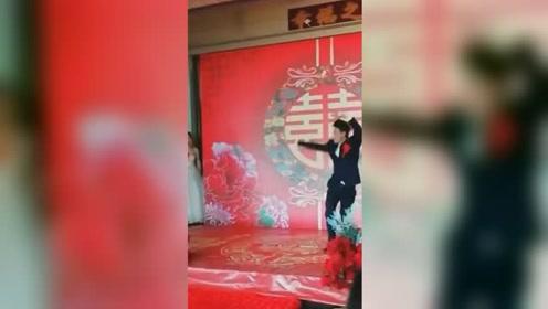 新郎婚礼台上秀武术 网友:是想给新娘来个下马威?