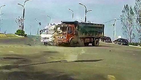 2辆货车路口相撞,这杀伤力,视频车的司机在一旁瑟瑟发抖!