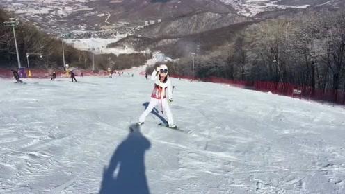 滑雪季让小姐姐又出来秀技术,网友:摄影师才是王者