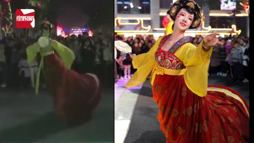 """西安上演真人版""""不倒翁"""",外地游客拍照打卡:跟小仙女一样美"""