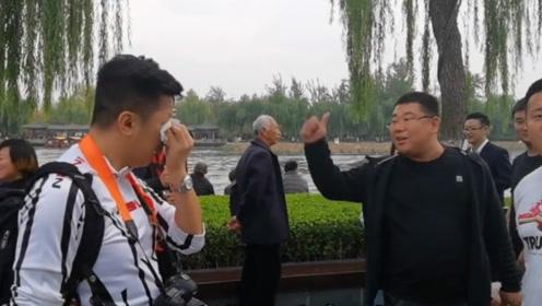 """泪目!退休港警洒泪大明湖 内地游客齐声高呼""""香港警察加油!"""""""