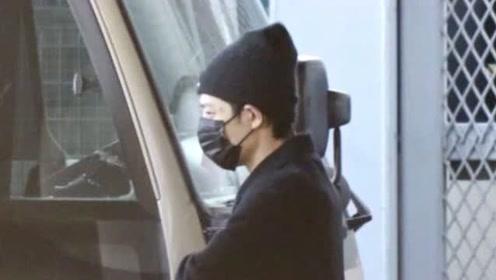 肖战戴口罩现身机场 依旧掩盖不住他突出的男友气