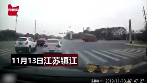 江苏镇江一大货车与小车相撞,侧翻重压小车致1死1伤