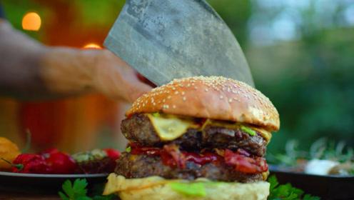 丛林美食,菜刀叔丛林小屋秘制巨型汉堡,看着就有食欲