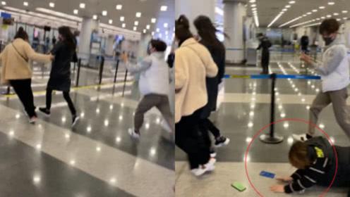 郑爽机场被助理架着跑,不料有粉丝摔地,她的反应一改以往做法