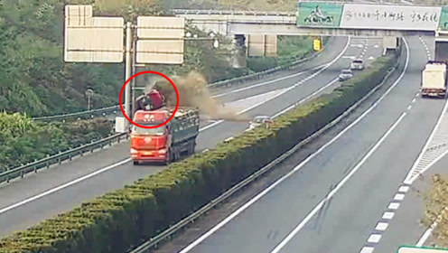 惊险!高速突然变道撞上护栏致翻车 关键时刻安全带捡回一命