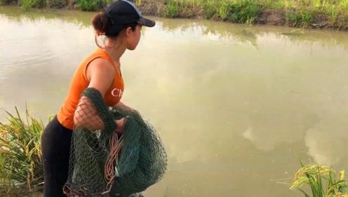 农村妹子来撒一网,太多鱼了,都要拉不上岸了