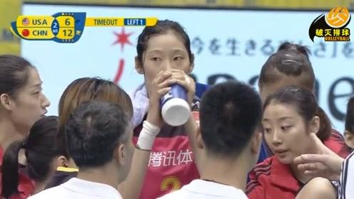 """哈哈!饮水时朱婷突然发现摄影师在拍她,立马""""双手握水杯"""":秒变淑女!"""