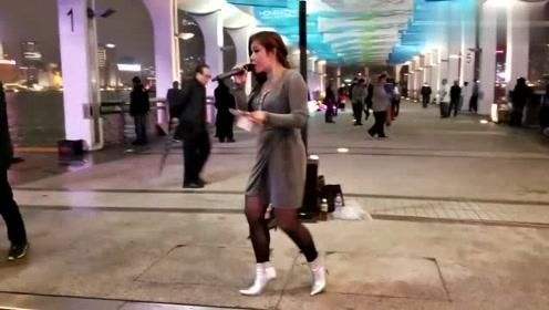 刘德华在香港开演唱会,芯妮在场外唱华仔的经典歌曲,观众支持