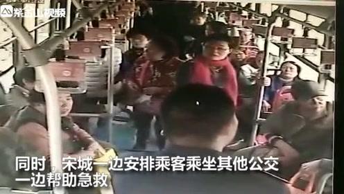 老人公交车上昏迷,司机按人中急救!