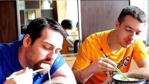 美国人来到中国旅游,看见中餐时差点哭了:在美国根本吃不到这些