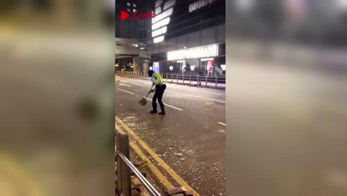 辛苦了!香港警察夜晚集合打扫中环 网友:看着太心疼