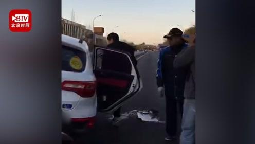 实习SUV撞护栏侧翻三人被困 公交司机紧急停车率乘客抬车救人