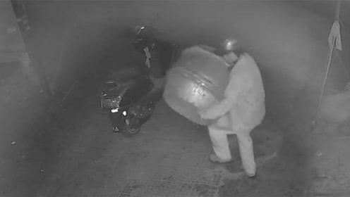 偷钱偷车偷手机已常见 博白一男子蹲守多时只为偷锣鼓