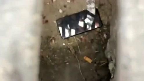 以后有了这个神器,等公交车无聊的时候,就可以把手机扔进下水道里了!