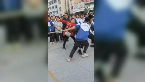 拔河比赛老师手抓空气助威 网友:把对方的空气拉过来