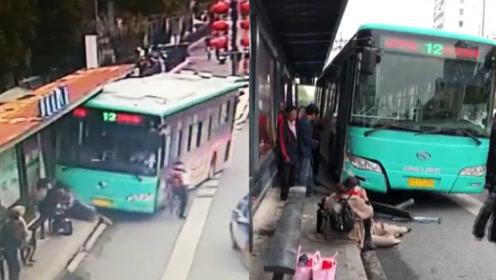 现场监控曝光!江苏盐城一公交车失控冲上站台:为避让行人所致