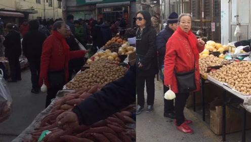 """83岁""""容嬷嬷""""逛菜市场,穿着朴素红棉袄挑选食物,十分接地气"""