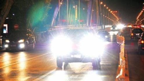 夜里开车碰到远光灯莫要慌,老司机:学着用以下几招,安全到家!