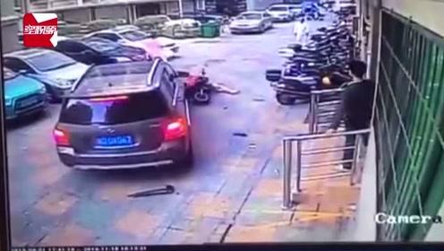 疑被女子教训小区内乱停车,小车司机直接开车将其撞飞