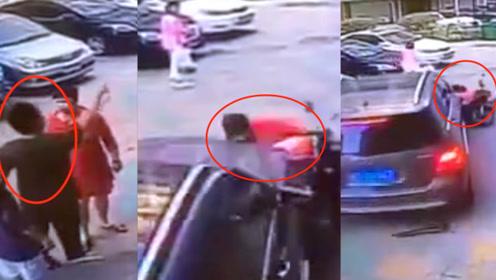 监拍:广东一奔驰司机因车位问题与大妈口角 随后开车将其撞倒