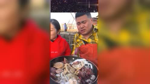 不愧是渔民夫妻直播做海鲜,眼前这一幕,这也太馋人了吧