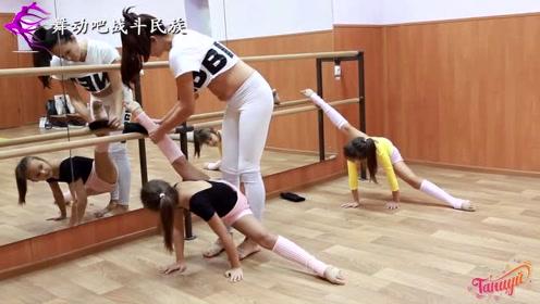 """颤颤巍巍!芭蕾小萝莉在把杆上练""""悬空一字马"""",心疼孩子"""