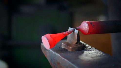 切一段钢棒,经过几番捶打,锻造一个陀螺,简单粗暴还挺能转的