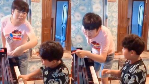 郎朗教小朋友弹钢琴,拍肩膀打手背纠正节奏,网友:严师出高徒