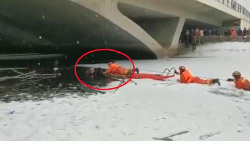 母子二人下雪天掉进冰湖内 辅警脱掉棉大衣给孩子保暖