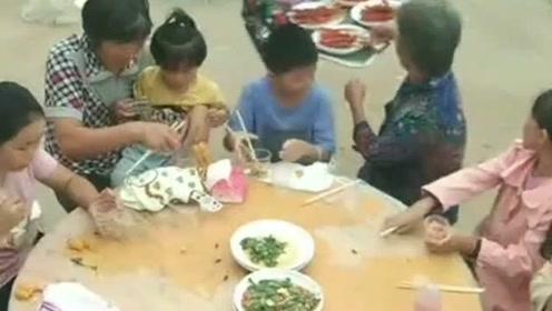 不能和小孩老人座一桌,因为吃大席时抢不过,真是好无情啊!