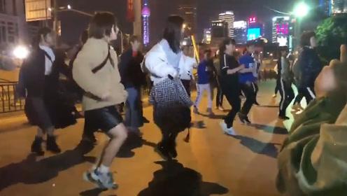 美少女跳什么舞都好看!日本少女偶像团体上海街头PK广场舞大妈