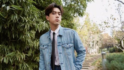 李现穿牛仔凹造型,28岁的他一身蓝色牛仔,尽显大男孩的帅气