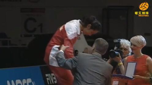 青涩小朱婷第一次获得最佳主攻,颁奖老爷爷让她下来:我两比下身高!