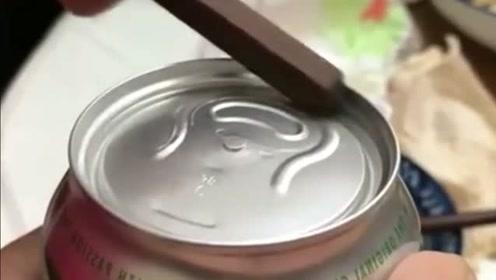 啤酒罐打不开,小哥哥接下来的做法,真是太神奇!又学一招!