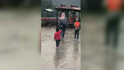亲爹式带娃活着就好,爸爸把孩子的外套当雨衣