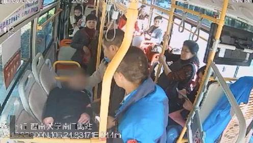 """暖心!男子突发癫痫,公交车秒变""""急救室"""""""