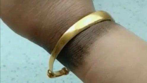 老公给买的金镯子,戴了几天变成这样,这是什么原因?