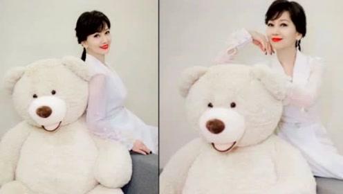 惊艳了时光!赵雅芝怀抱玩偶熊拍写真 根本少女一枚