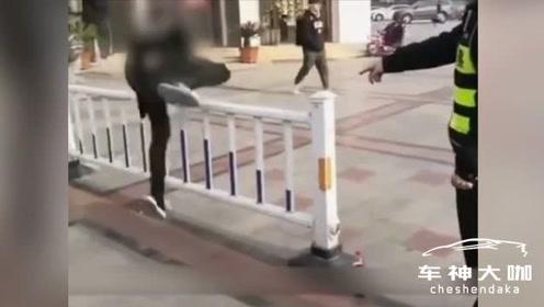 两小伙翻护栏被抓,交警的处罚亮了