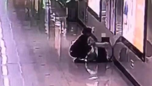 女子连续加班一个月,地铁站里崩溃痛哭:不敢在家哭怕吓到女儿