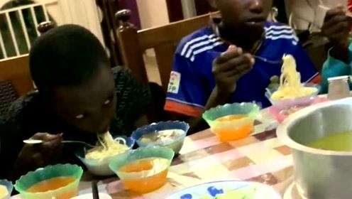 中国小伙请非洲的孩子吃饭,看看他们的吃相,想不到这是多久没吃饭了?