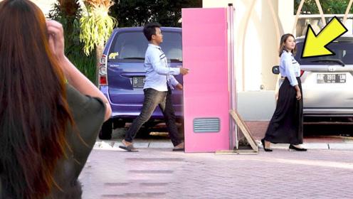 国外小伙走进一扇门,再出来变女人,熊孩子把门砸了也毫无收获!