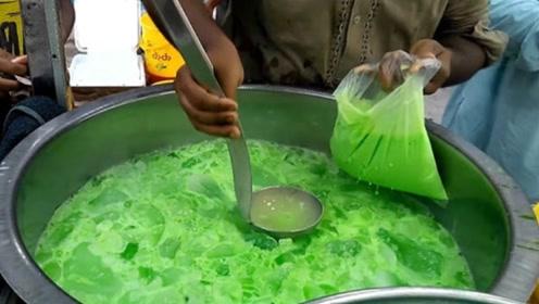 印度街头的绿色饮品,直接将冰块汽水倒进桶里,看完你还敢喝吗?