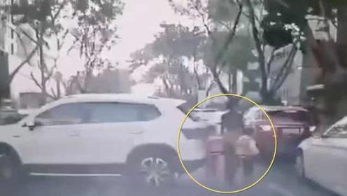 女司机倒车瞬间撞倒双胞胎母女3人,众人合力抬车救孩子