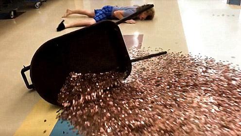 小伙抱着满满一盒硬币,在商场假装摔倒,路人会有什么反应?