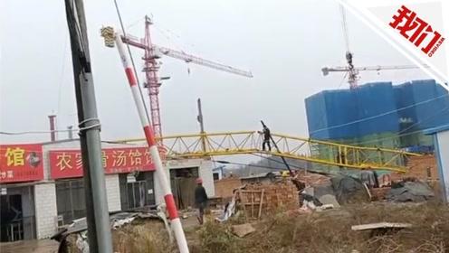 甘肃一工地内30米高塔吊倒塌砸中职校楼顶 致1死2伤