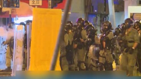 暴徒持续围攻警察还劫走嫌犯 警方强调别无选择将实弹还击