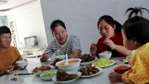 胖妹去妹妹家做客吃法,刚进门就往厨房里钻,妹妹一桌子菜全被吃光了