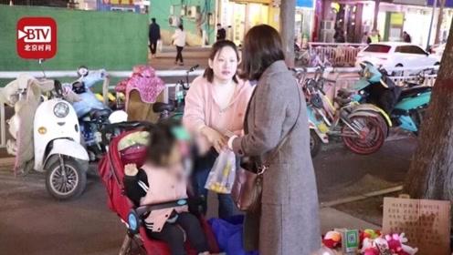 年轻妈妈带脑瘫女儿他乡做康复5年 夜晚摆摊路人纷纷相助
